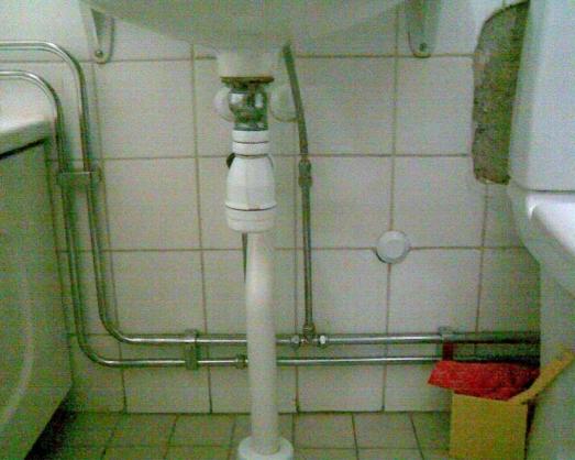 Utanpåliggande rör badrum höjd