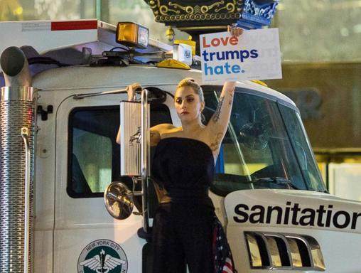 Lady Gaga protesterar framför Trump Tower