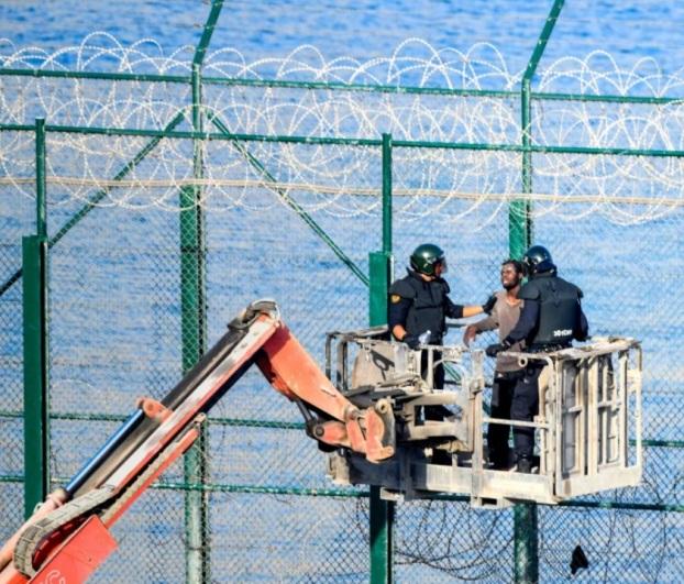Migranter från Afrika stormar den spanska enklaven Ceuta och gränsen till Spanien 2019