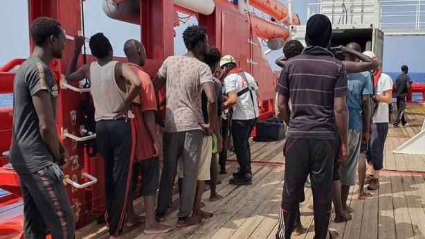Fartygen Ocean Viking och Open Arms transporterar migranter från Libyen till EU.