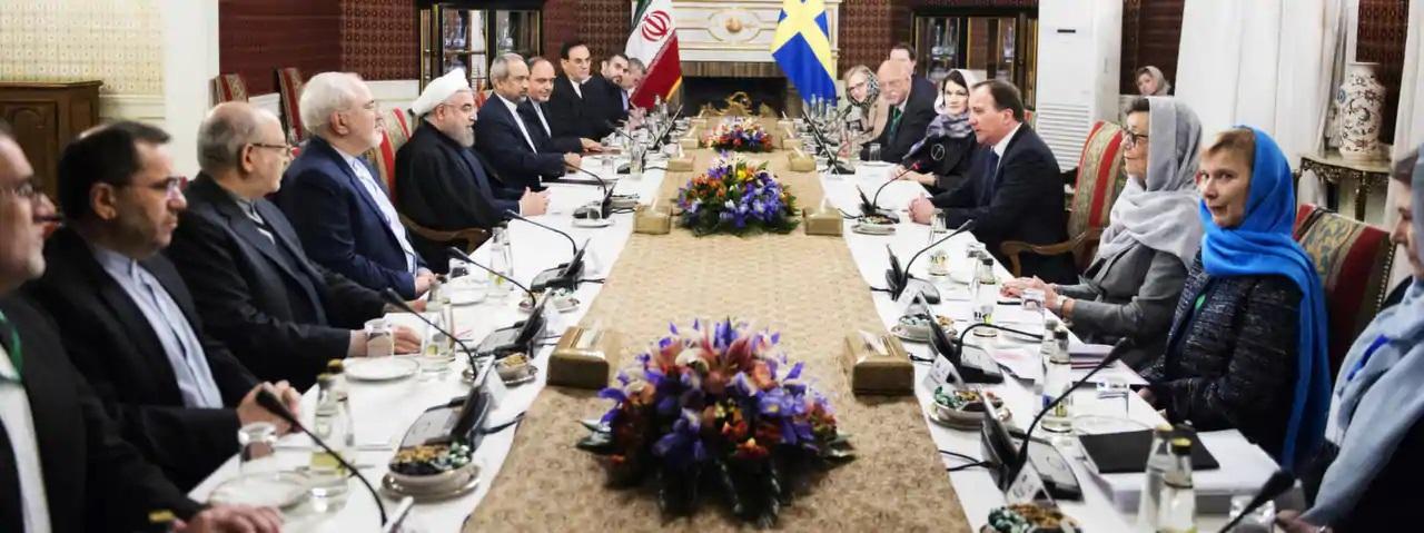 Stefan Löfven och Ann Linde samt resten av Socialdemokraternas antifeministiska regering vid förhandlingsbordet i Iran möter Irans förtryckarregering med Irans president Hassan Rouhani.