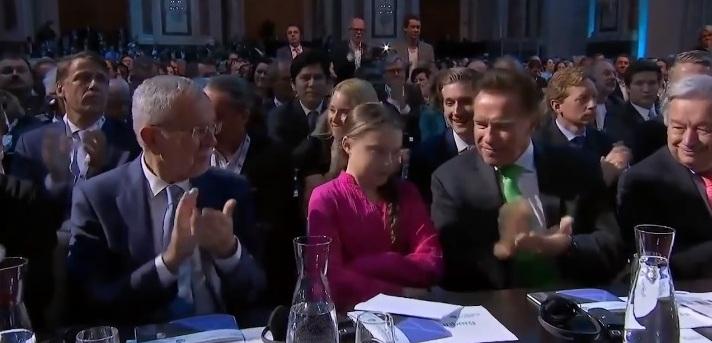 Greta Thunberg talar i Wien på Österrikes R20 Austrian World Summit, maj 2019. Med Arnold Schwarzenegger.