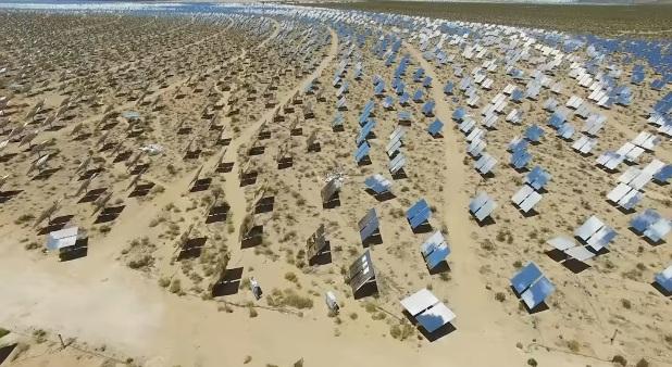 Förbrukade solceller från Ivanpah Solar Array ligger utspridda i Mojave öknen, Kalifornien