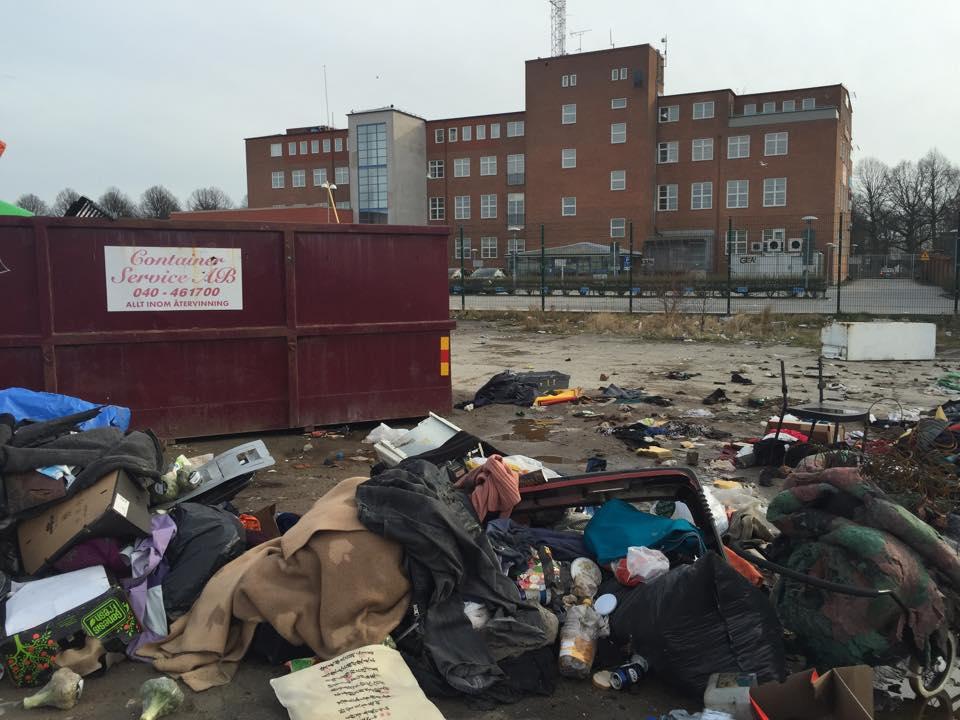 Sopberg bedvid sopcontainer i EU-migranternas kåkstad i Malmö, Norra Sorgenfri