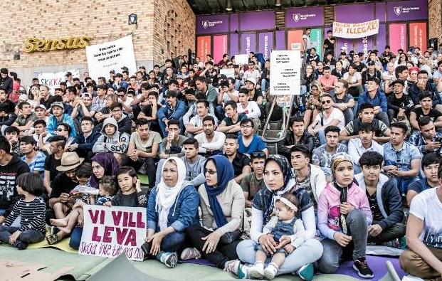 De afghanska männens strejk på Medborgarplatsen (med en handfull kvinnor och några av deras barn placerade - som alltid - längst fram)