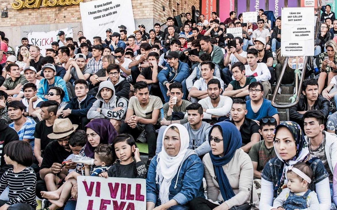 Ensamkommande demonstrerar för att bli försörjda av Sverige baserat på lögner om ålder och annat