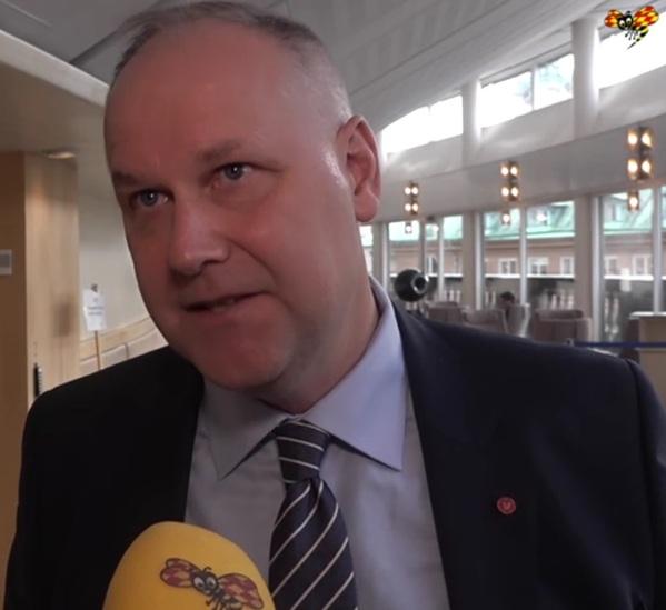 Jonas Sjöstedt arg över att Lööf likställer honom och Vänsterpartiet med rasister