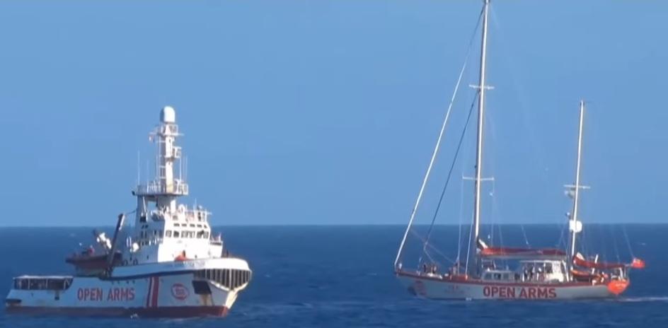 Open Arms två fartyg i Medelhavet, varav en segelbåt