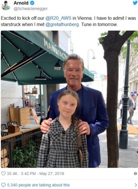 En starstruck Arnold Schwarzenegger tillsammans med Greta Thunberg