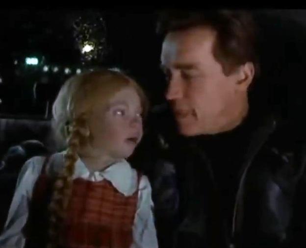 Arnold Schwarzenegger i filmen The 6th day med den Greta Thunberg-liknande dockan Cindy